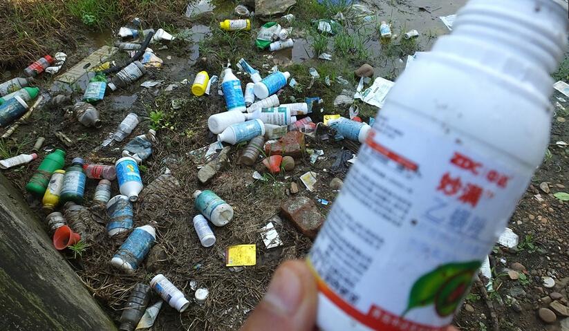 农村废弃农药瓶环境污染 建议农药生产商回收处理再利用