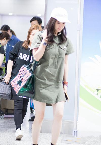 蒋欣机场穿衣搭配示范 一身连衣裙清新秀美腿