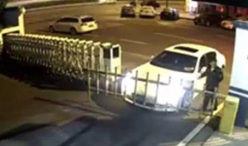 女司机撞派出所门 因找不到自己家门钥匙需民警帮助