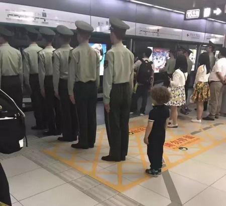 武警地铁排队被疑摆拍 武警战士回应只是一种习惯