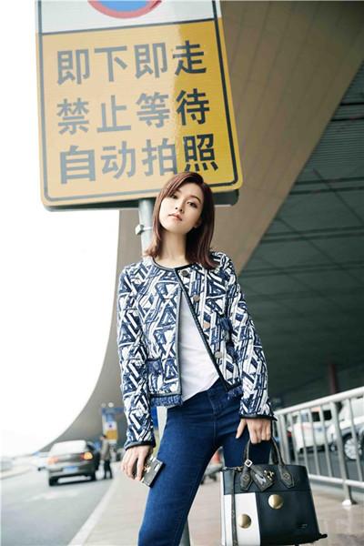 文咏珊机场街拍示范 蓝白相间外套休闲又优雅