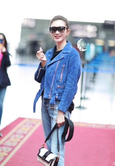 江疏影街拍造型示范 麂皮夹克+牛仔裤酷感十足又chic