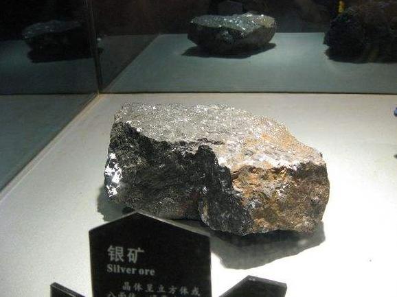 虽然银的工业矿物不少,但它们却很少富集成单独的银矿床,通常是以分散状态分布在多金属矿、铜矿及金矿中。