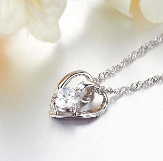 这款心形项链款式简单时尚,绝对是新款哦,钻石和链子都运用精致的工艺持久发亮。