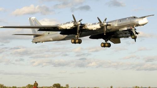 中国战机东海拦截美军机 战机在美军机面前作了桶滚动作