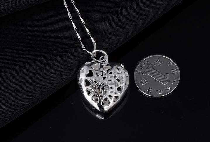 时尚简约的心形项链采用纯银材料制作而成,款式时尚简约。
