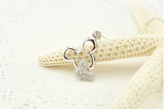 设计新颖时尚,可以将您颈部的白皙与锁骨的完美曲线衬托出来,绝对不容错过。