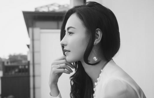 张柏芝缎面白裙搭配珍珠长款耳饰 尽显复古优雅红颜依旧