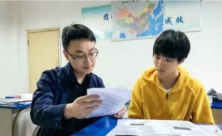 """王俊凯备考被围观 65天内完成6个高中学科""""很难"""""""