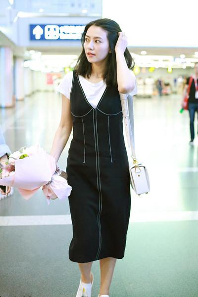 高圆圆机场街拍示范 修身背带裙让你秒变邻家小妹