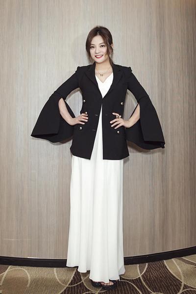 赵薇穿衣搭配黑色西装亮相活动 女神气质尽显