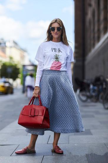 夏装穿衣搭配技巧示范 T恤+长裙也能秒变大长腿