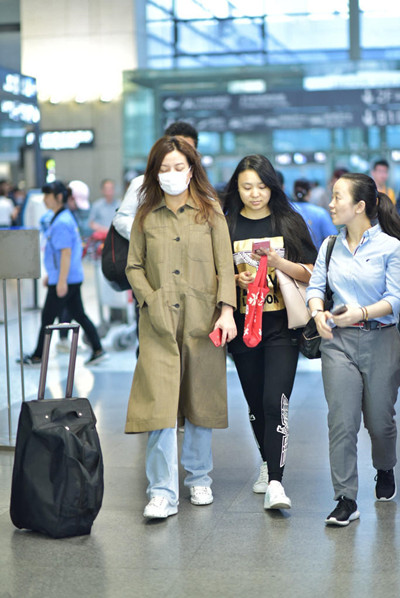 赵薇机场私服街拍示范 长款风衣+阔腿裤复古又时尚