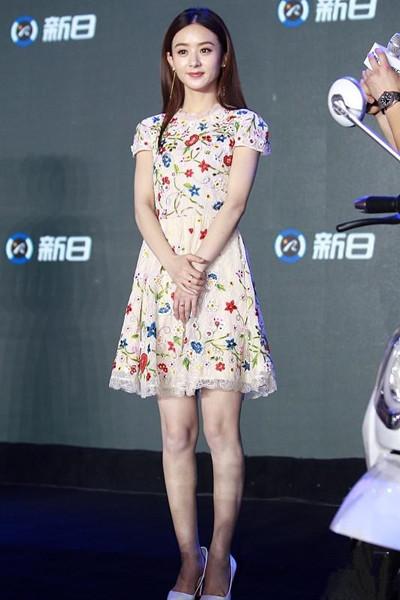 夏天服装流行趋势示范 印花连衣裙性感又减龄