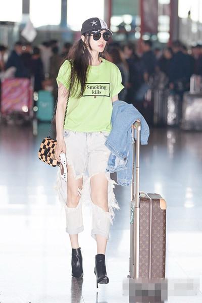 夏日服装流行趋势示范 60元字母T恤也能时髦有品