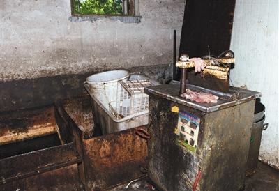 5月27日,通州神仙村一处黑作坊内,生产所用的工具脏乱不堪。通州一冷库进口猪头销往北京郊区多个黑作坊,黑作坊低价入货后经加工倒手卖出,可获利数倍;部分熟食被卖到批发市场。
