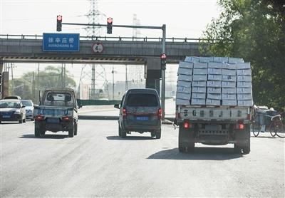 5月6日上午,拉满货物的货车驶出冷库大院,正向各个黑作坊送货。记者连日观察发现,该冷库有两辆平厢货车,上下午各出货一次,一车至少250箱。即一天出货1000箱,每箱重20公斤,总共约20吨。这还不包括各个黑作坊自己开面包车前来拉货的情况。