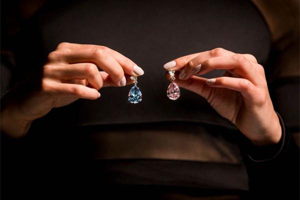 创下拍卖耳环纪录 阿波罗×阿特米斯呈现14.54克拉蓝钻