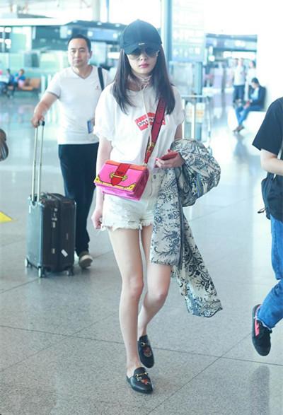杨幂最新机场街拍示范 白T+短裤大秀修长美腿