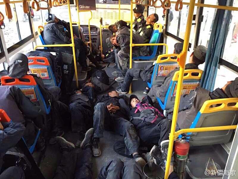 执行任务间隙,新疆民警在公交车内休息。