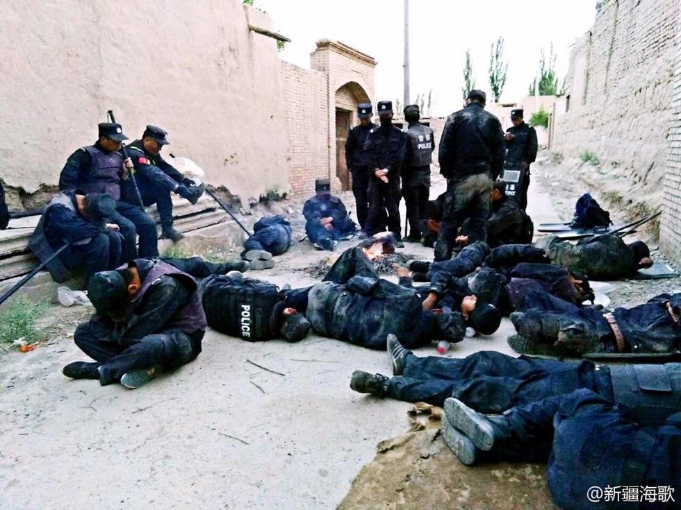 执行任务间隙,新疆一线民警在道路上休息。