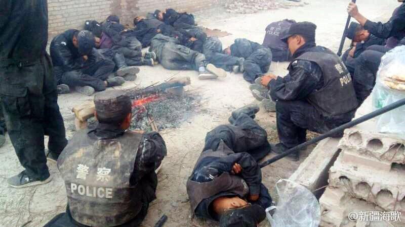 新疆一线民警在路旁休息。