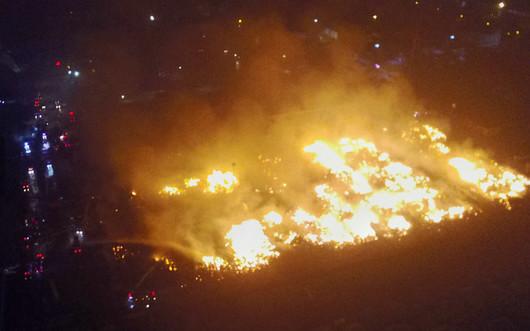 天津港发生火灾 火情持续八小时一片火海