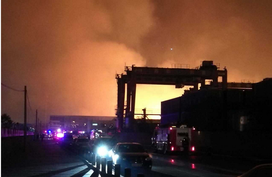 天津港内发生大型火灾 这是怎么回事?