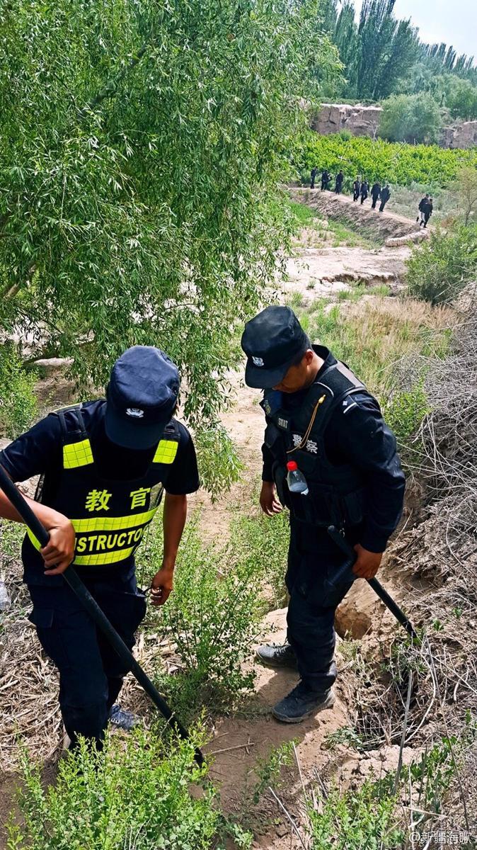 图为正在执行任务的新疆一线民警。