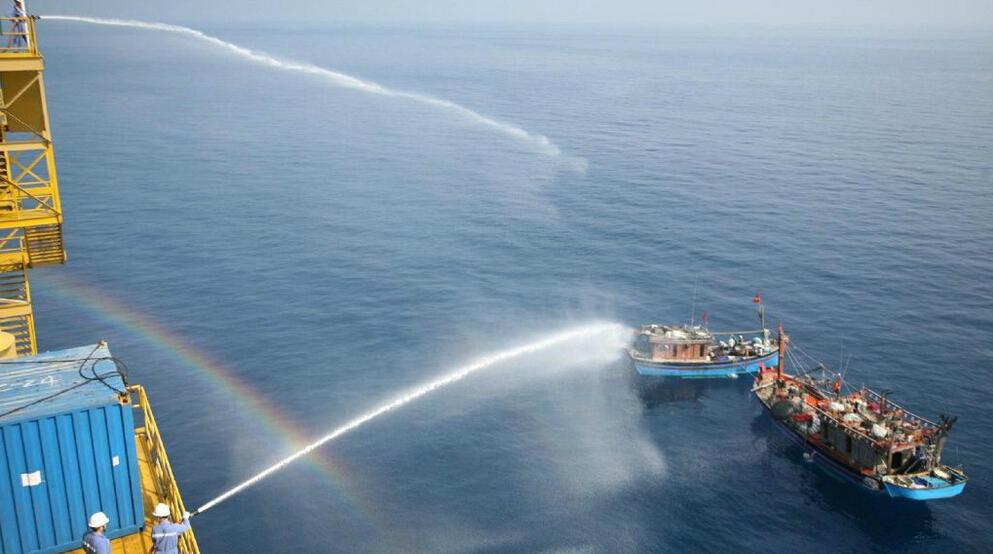 越南公然在中国油气田捣乱 被中国工人用水炮驱赶