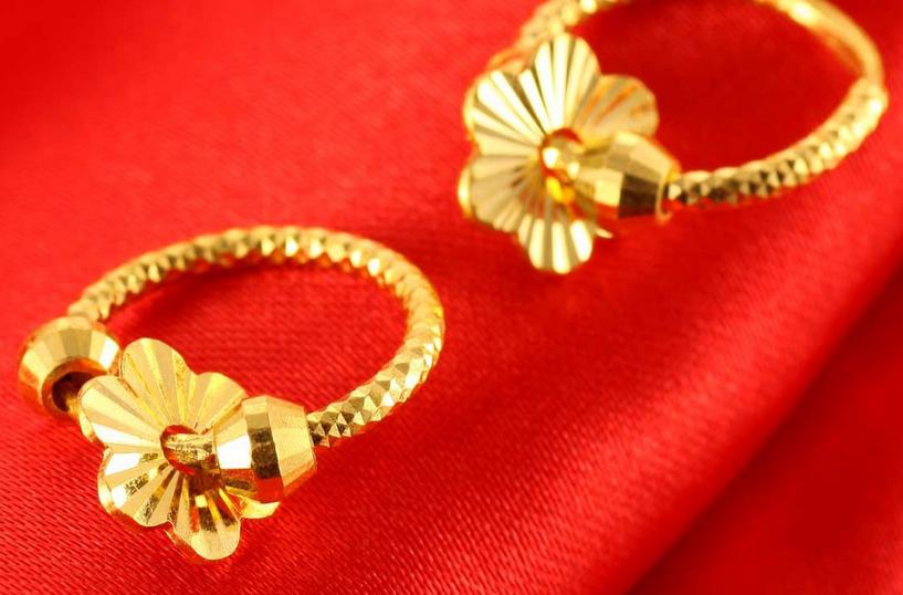 30+的女性佩戴的黄金耳环