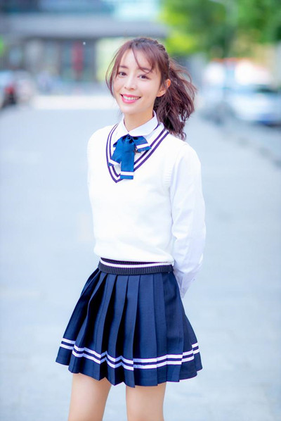 张静初穿衣搭配学生装重返校园 清纯气质秒变18岁