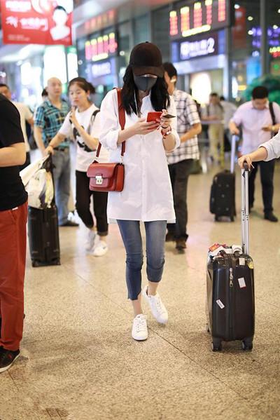 杨幂最新私服街拍示范 白衬衣+牛仔裤造型清新动人