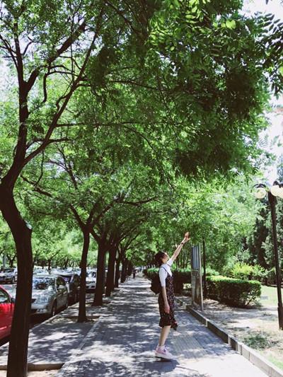 刘雯最新街拍造型示范 深色碎花长裙清纯唯美