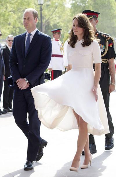 凯特王妃穿衣搭配示范 白色连衣裙如美仙下凡