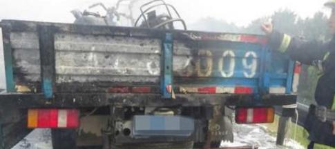 济南绕城高速货车起火 消防官兵紧急救援并拎出个煤气罐