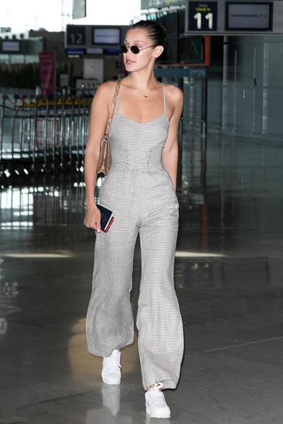 Bella Hadid机场街拍示范 吊带连体裤大秀蛮腰长腿