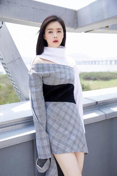 蒋欣穿衣搭配造型示范 不规则格子裙个性十足