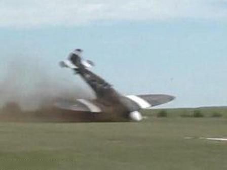 飞机特技表演直插地面 1名飞行员和1名女乘客均已送医院