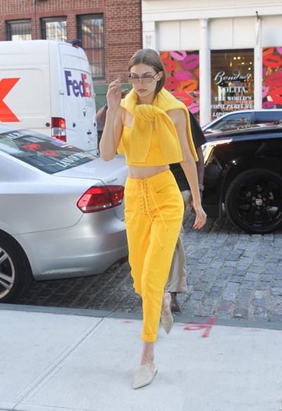 Gigi教你服装流行趋势 一身亮黄色让你吸睛十足