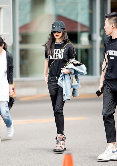 Angelababy街拍造型示范 全黑装束尽显细长双腿