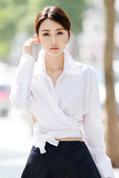 林鹏夏季街拍造型示范 白色衬衫+牛仔半裙时髦到飞起