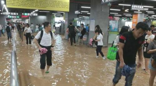 深圳地铁站被淹 城市道路多处出现积水