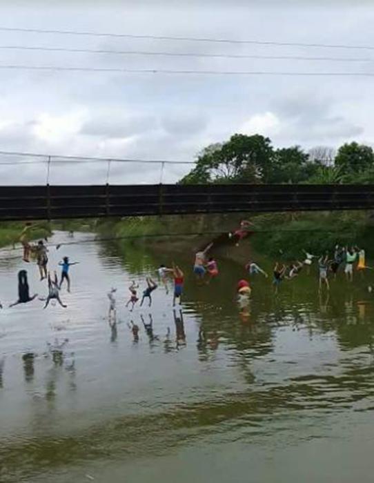 厄瓜多尔吊桥断裂多人坠河 摄像机记录下断裂瞬间