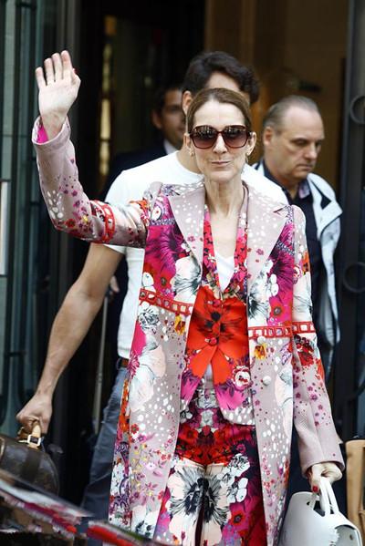 "Celine Dion穿衣搭配示范 一身彩色外套变身""调色盘"""