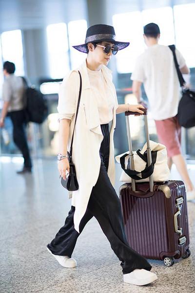海清教你穿衣搭配技巧 半袖风衣+长裤舒适与时尚并存