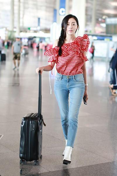 张天爱机场街拍示范 红格露肩装秀白皙美背香肩