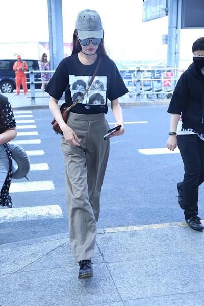 唐嫣私服穿衣搭配示范 印花T恤+高腰西裤帅气又干练
