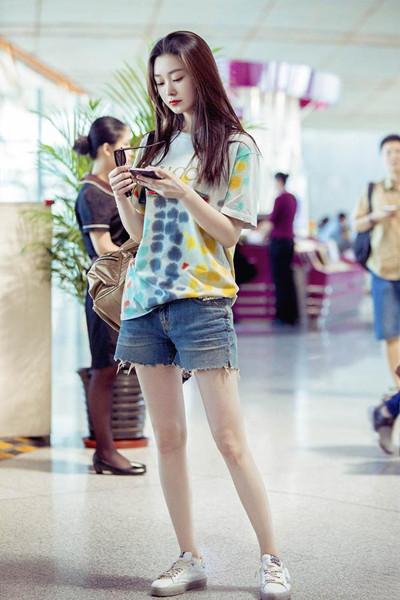 宋轶最新机场街拍示范 泼墨T恤+热裤少女感十足