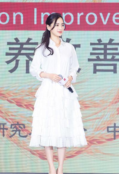 明星穿衣搭配技巧示范 白色系单品也能玩出不同风格